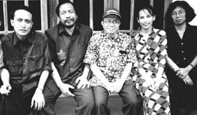 Samar Gantang (dua dari kiri) dan Taufiq Ismail (bertopi)