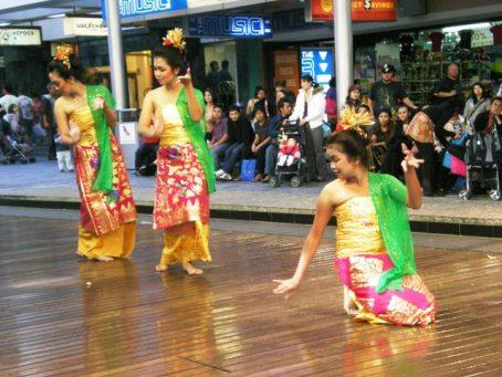 Tari Puspanjali di Queen St Mall, Brisbane