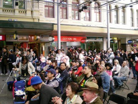 Penonton promosi Pesta Rakyat di Queens St Mall, Brisbane