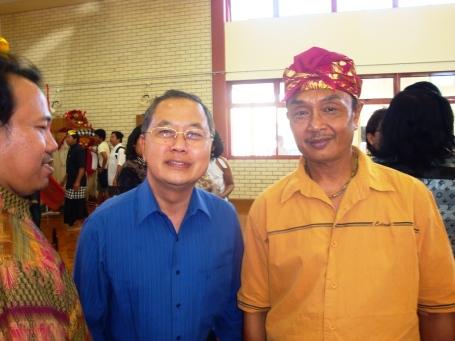 Duta Besar Republik Indonesia Primo Alui Joelianto (tengah) dan I Made Soka (kiri)