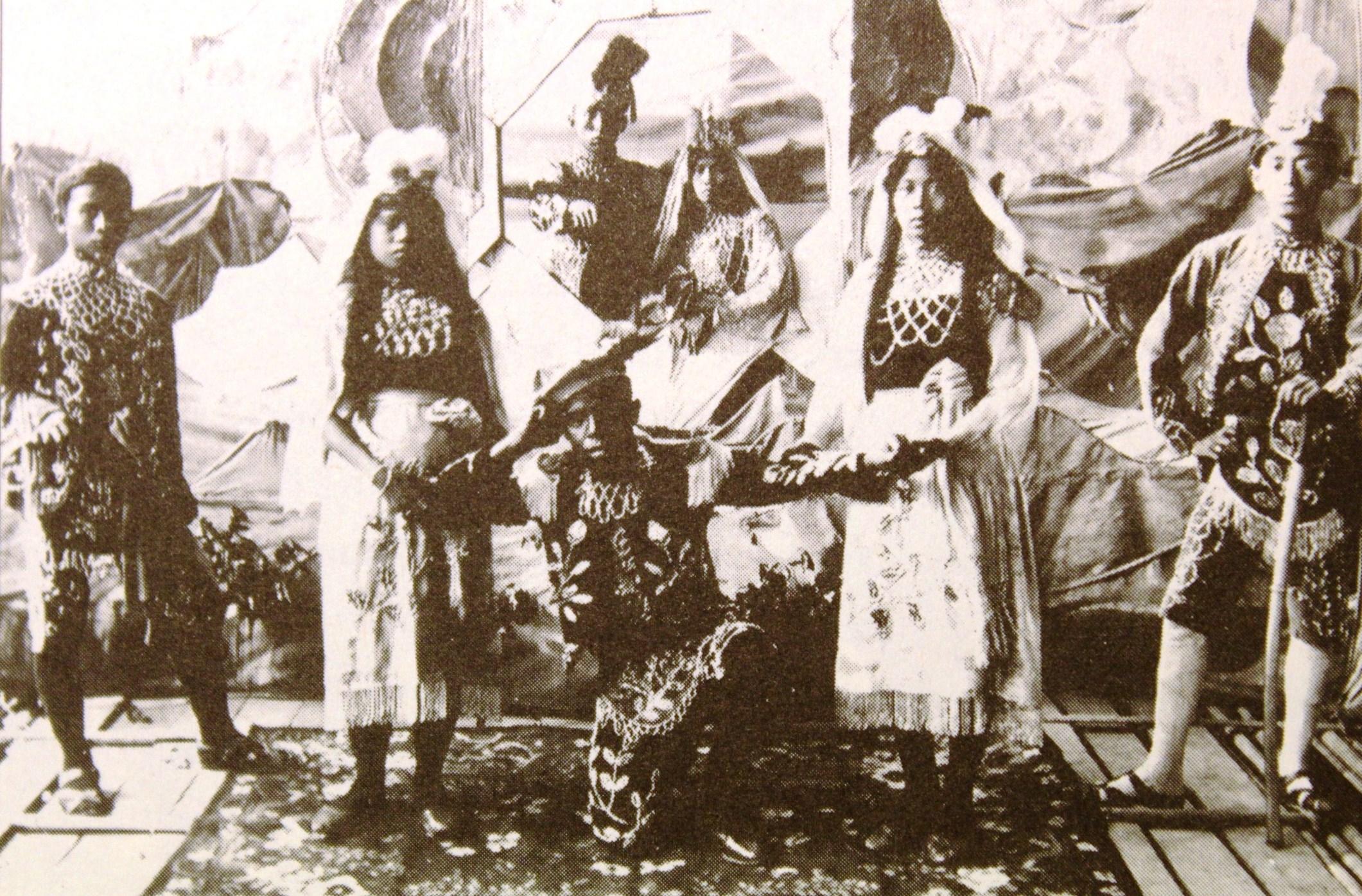 Pentas stamboel lakon 'Jula Juli' di Jawa Tengah tahun 1906. Kira