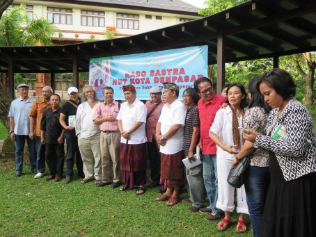 "Walikota Denpasar Rai Mantra bergambar bersama pengarang cerpen antologi cerpen ""Denpasar Kota Persimpangan, Sanur Tetap Ramai"", kado sastra HUT Kota Denpasar ke-227"