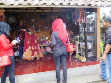 Penduduk menjadikan bagian rumahnya sebagai toko suvenir (Foto Darma Putra)