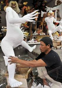 Membuat ogoh-ogoh styrofoam. Sumber https://raditya128.wordpress.com