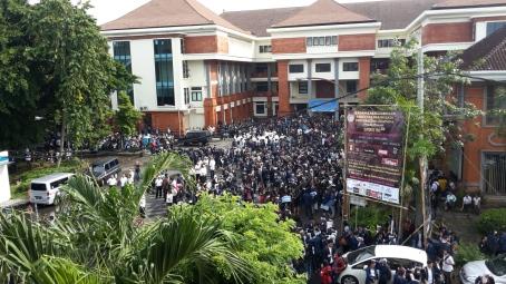 Detik-detik unjuk rasa bergerak ke PN Denpasar. Dijepret dari Gedung Pascasarjana lantai II.