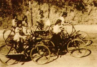 Wanita Bali bersepeda, tahun 1950-an.