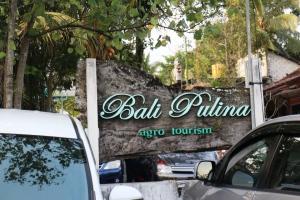 Papan Bali Pulina di tempat parkir.