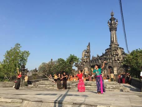 Latihan tari persiapan pertunjukan di halaman timur Monumen Rakyat Bajra Sandhi, Minggu, 16 Agustus 2015. Semakin sering ada pertunjukan kesenian Bali di arena olah raga Lapangan Renon (Foto Darma Putra).