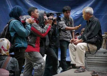 Surya Pernawa diwawancarai wartawan (Dok Keluarga)