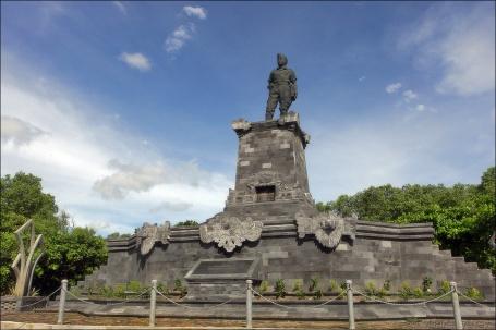 Patung I Gusti Ngurah Rai di sebelah timur airport, karya Surya Pernawa (Foto internet)