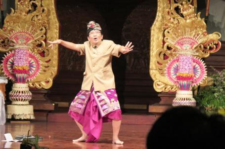 Prof. Made Bandem memperagakan karakteristik gerak tari Bali (foto Darma Putra)
