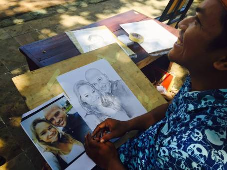 I Made Widnyana melukis turis di Poolside Jayakarta Hotel, Legian, Kuta (Foto Darma Putra)