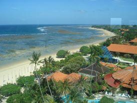 Pantai Sanur dan nyiur indah nian dari dijepret dari lantai atas Bali Beach (foto Darma Putra)