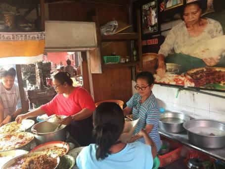 Warung sederhana nasi ayam Men Weti di Sanur, hidangannya lezat mempesona.