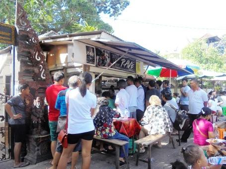 Pelanggan mengantre di Warung Men Weti.